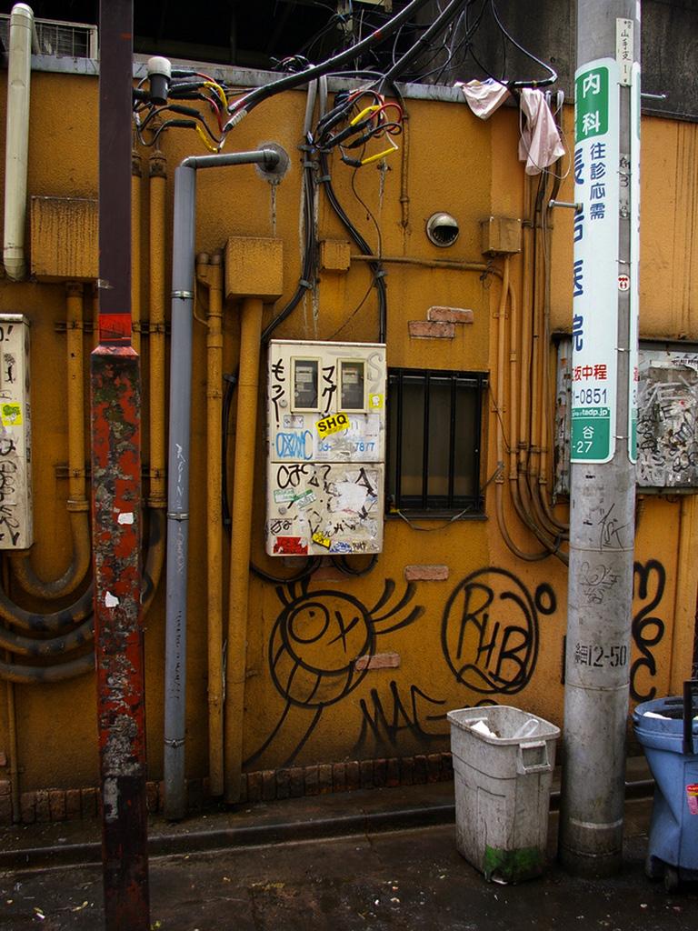 Andre-Saraiva-Mr-A-Shibuya-Station-street-art-graffiti-japan-building-wall-painting-street-art-urbain-web