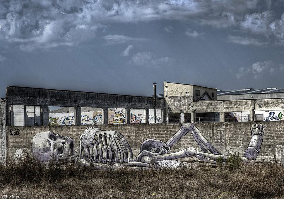 Aryz-Barcelona-El-cuiner-skeleton-bone-graffiti-wall-painting-street-art-urbain-death-barcelone-2012-web