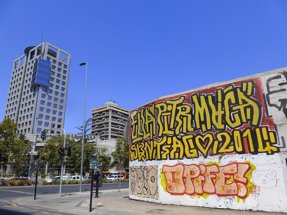 Ella-&-Pitr-Chilie-santiago-graffiti-happy-piece-art-ubrain-les-papiers-peintres-2014_5-web