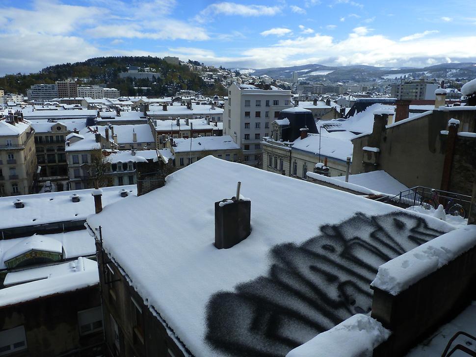 Ella-&-Pitr-St-Etienne-peinture-neige-snow-painting-toit-rooftop-piece-art-ubrain-les-papiers-peintres-saint-etienne-2014_1-web