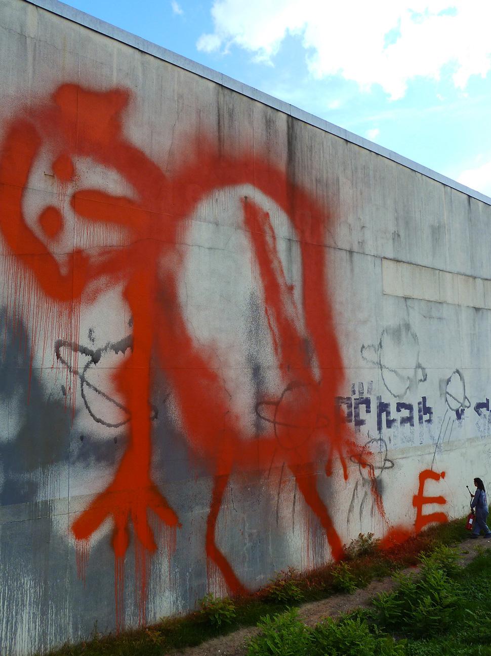 Ella-&-Pitr-extincteur-extinguisher-St-Etienne-peinture-piece-art-ubrain-les-papiers-peintres-saint-etienne-France-2013_1-web
