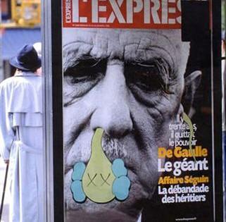 Kaws – Bendy sur la publicité du journal L'Express