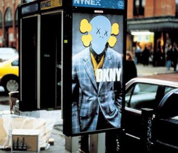 Kaws – Publicité DKNY à New-York en 2006