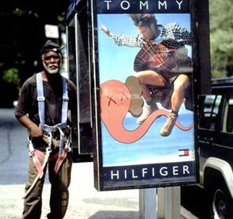 Kaws – Bendy sur une publicité Tommy Hilfiger