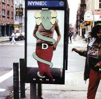 Kaws – Graffiti sur une publicité DKNY