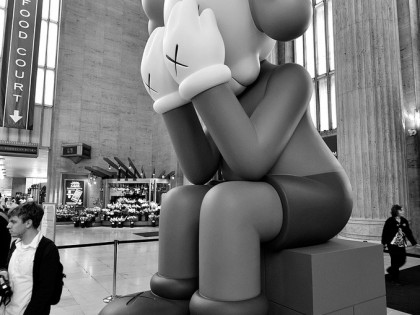 Kaws – Sculpture Passing Through à New York 2013