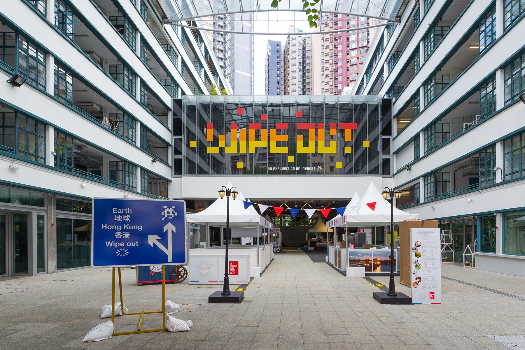 invader-wipe-out-an-explosition-of-invader-in-hong-kong-hoca-foundation-PMQ-alias-street-art-blog-stickers_guide_carte_invasion_livre-24