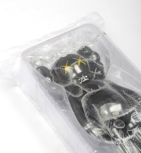 Kaws-Brian-Donnelly-companion-black-open-edition-art-toys-medicom-toys-plus-detail